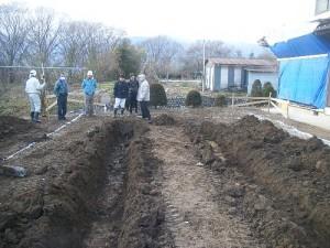 埋蔵文化財の調査する男性たち