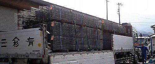トラックで運ばれた基礎用鉄筋