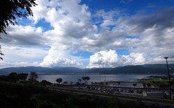 青空と諏訪湖