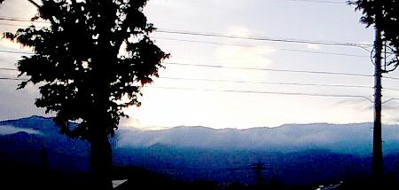 窓から見える滝雲